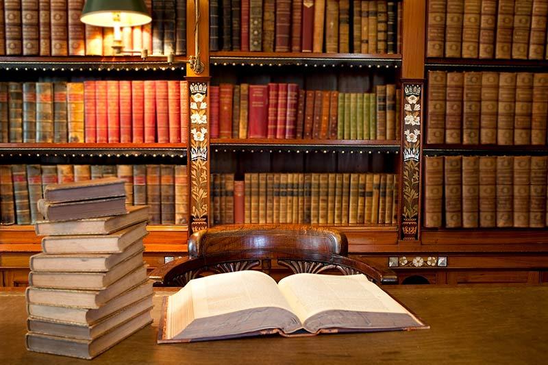 bibliothek-mit-vielen-alten-buechern
