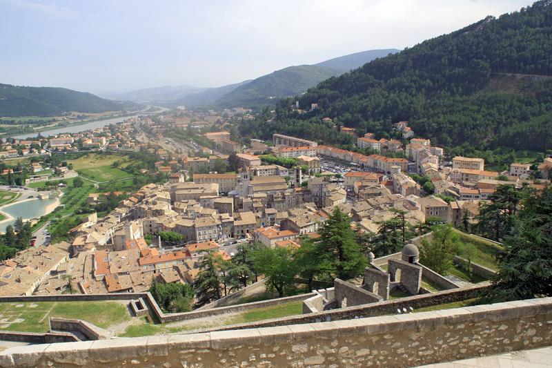 Sisteron im langgeschnittenen Tal